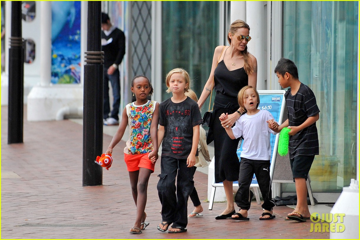 angelina jolie kids visit the sydney aquarium 41
