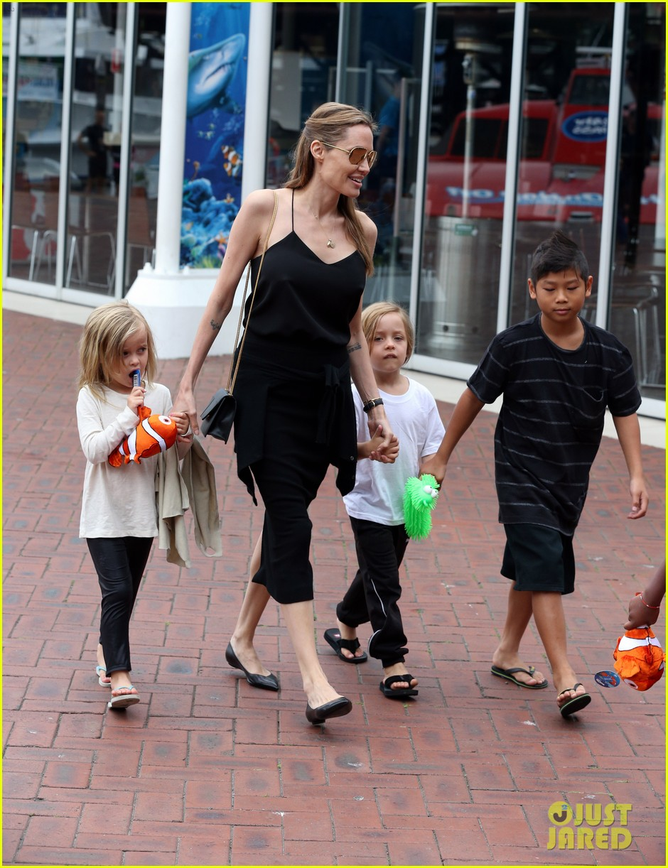 angelina jolie kids visit the sydney aquarium 50