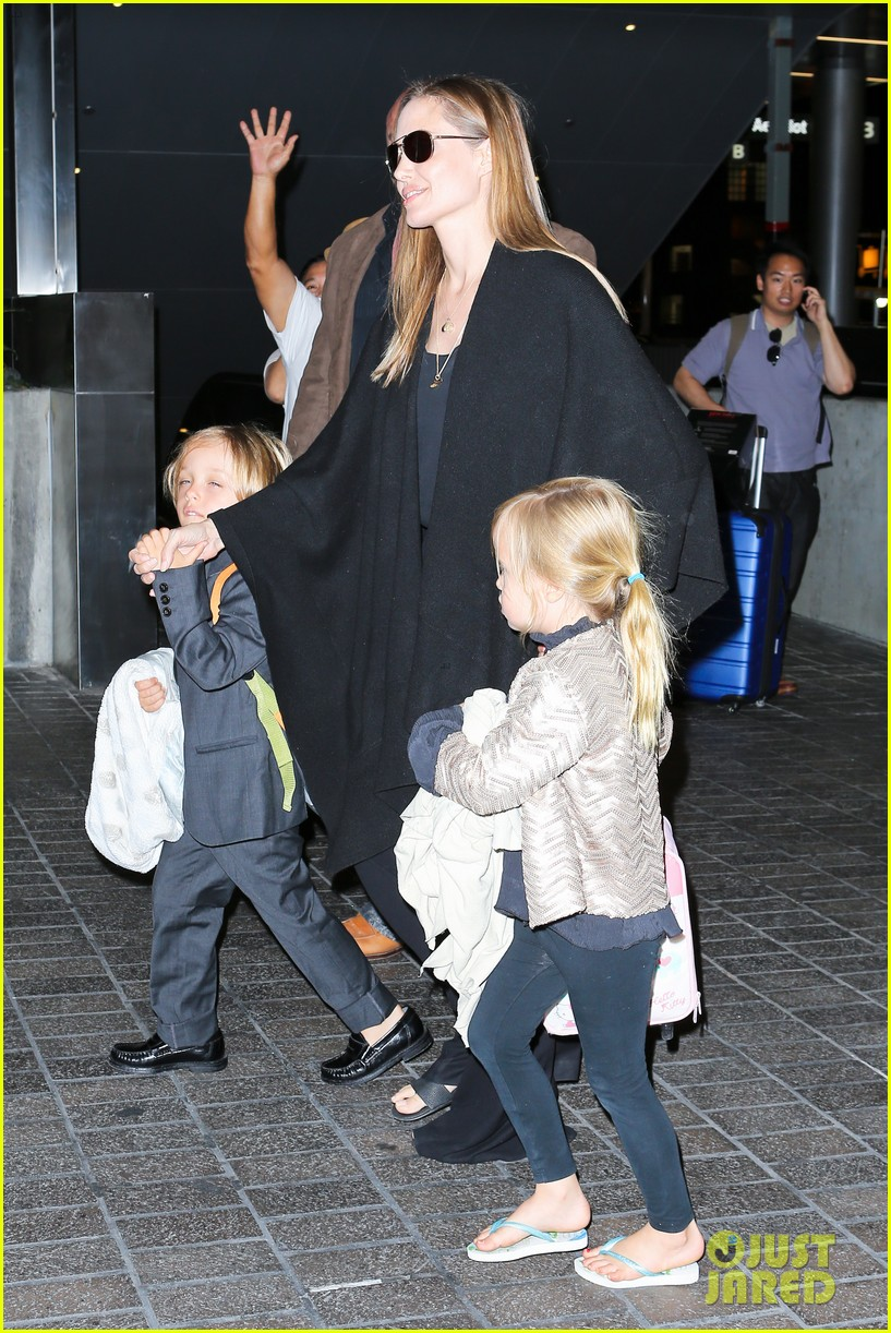 angelina jolie catches a flight with all six kids 19