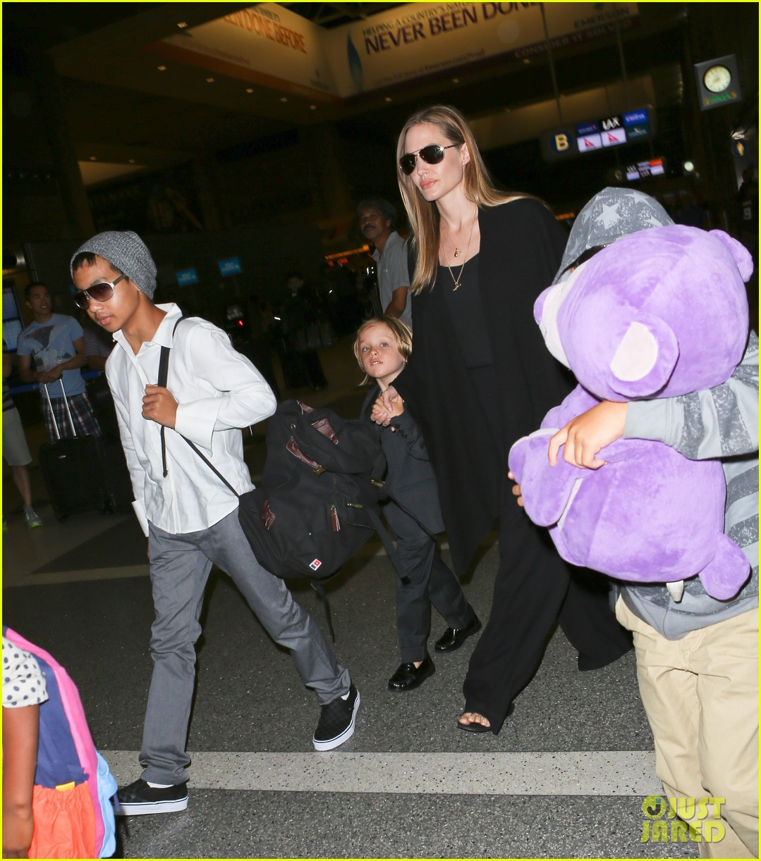 angelina jolie catches a flight with all six kids 23