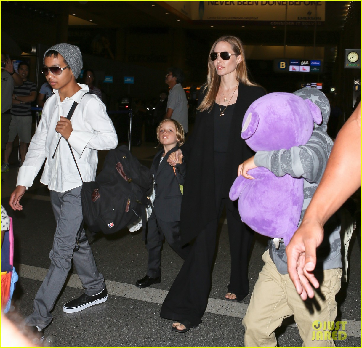 angelina jolie catches a flight with all six kids 25