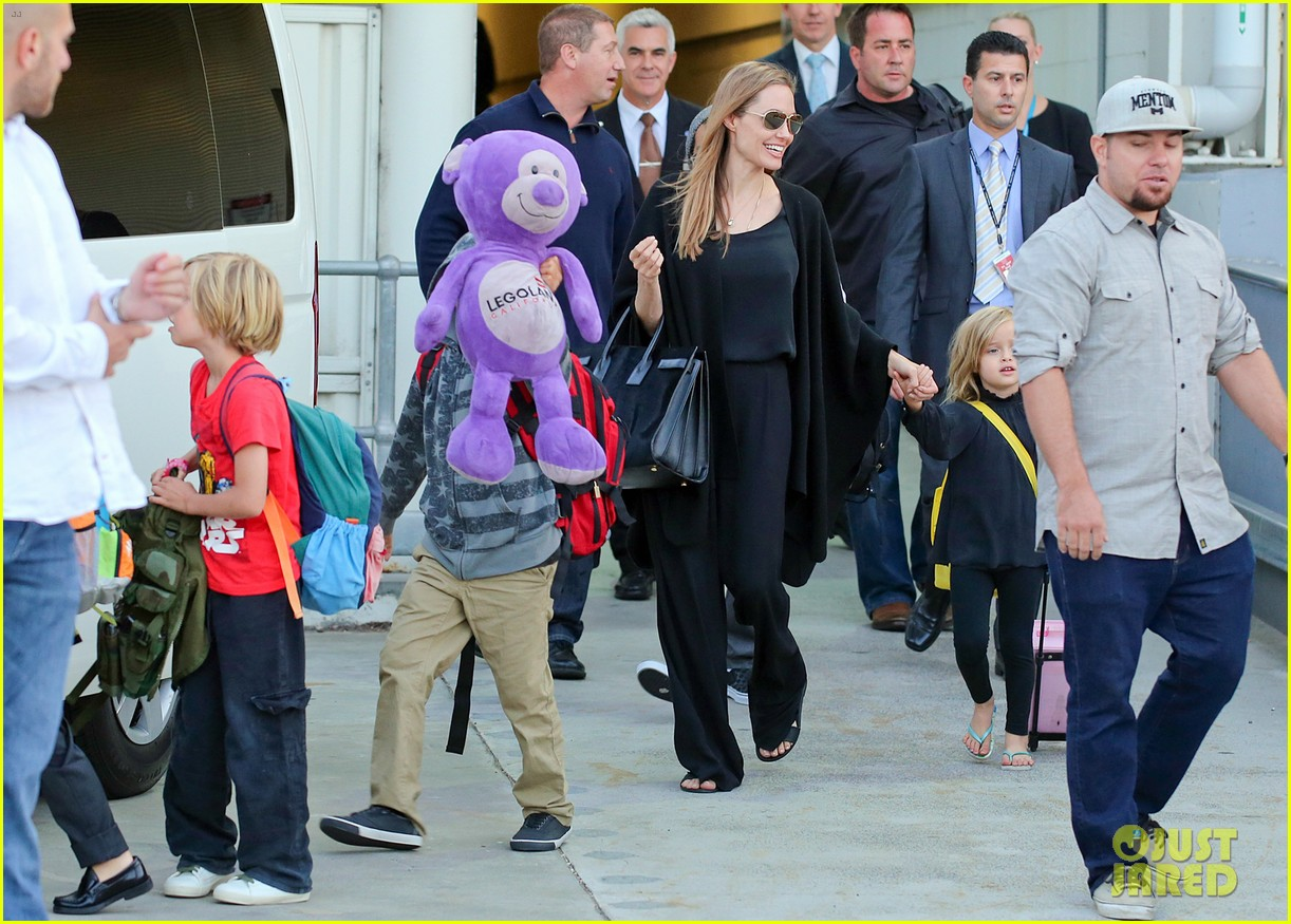 angelina jolie arrives in syd with all six kids 102944993