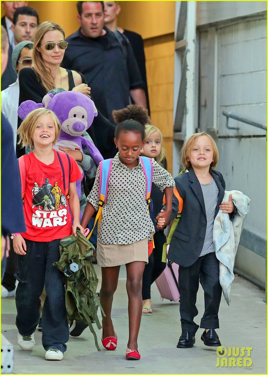 angelina jolie arrives in syd with all six kids 112944994