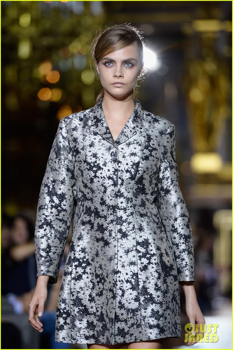 miranda kerr cara delevingne stella mccartney fashion show 07