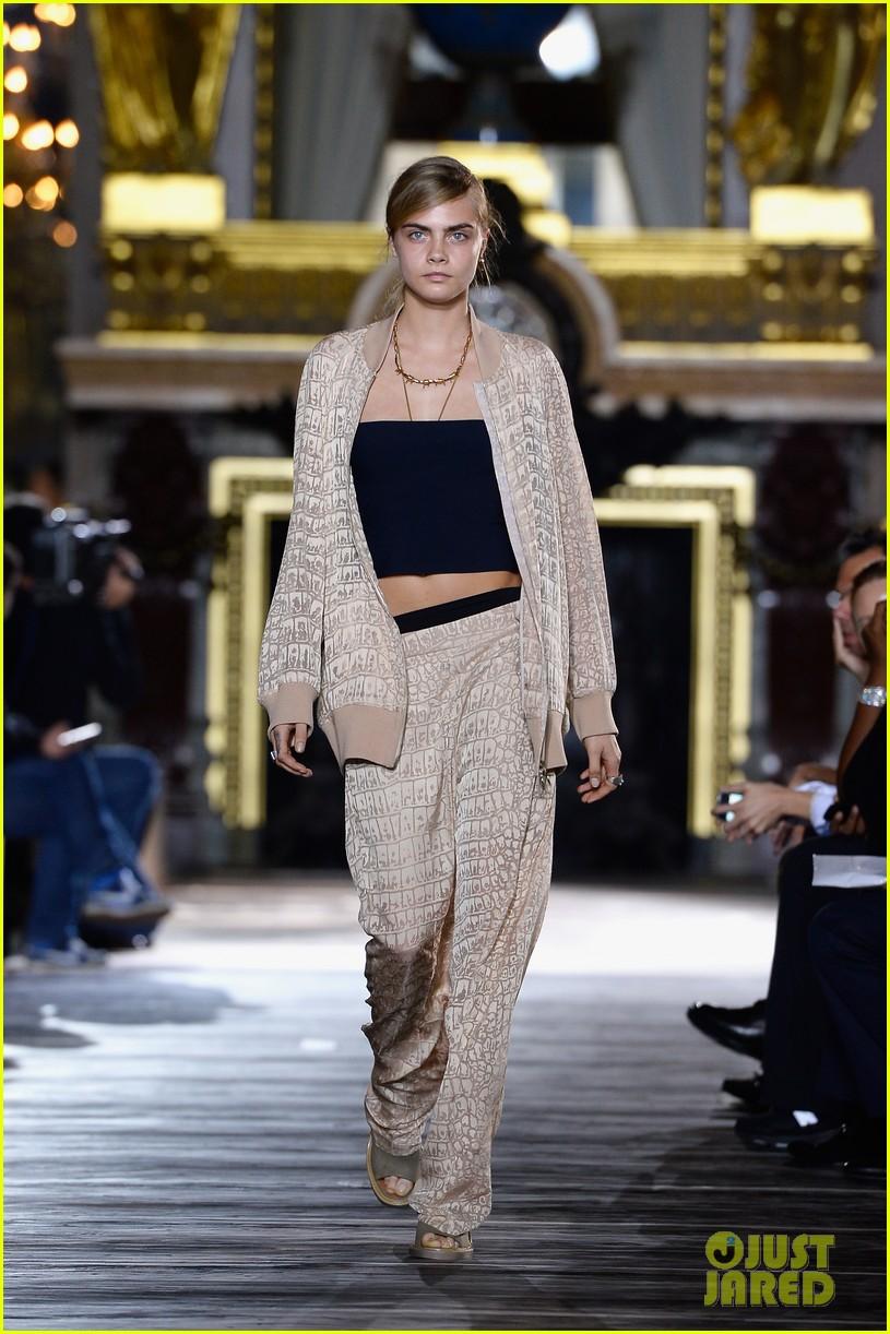 miranda kerr cara delevingne stella mccartney fashion show 31