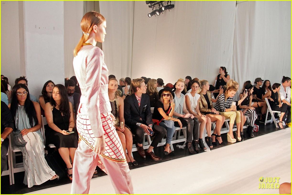 zoe kravitz iggy azalea sass bide fashion show 11
