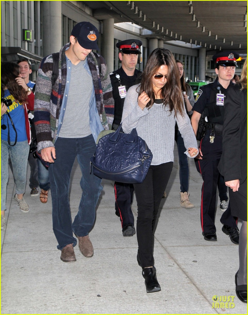 mila kunis ashton kutcher fly for just for laughs festival 01