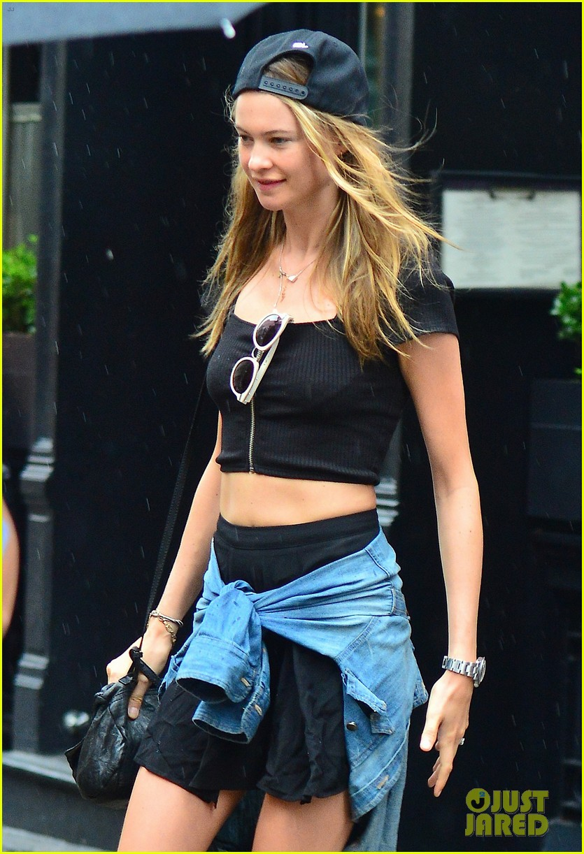 adam levine behati prinsloo hold hands on rainy day 042942513