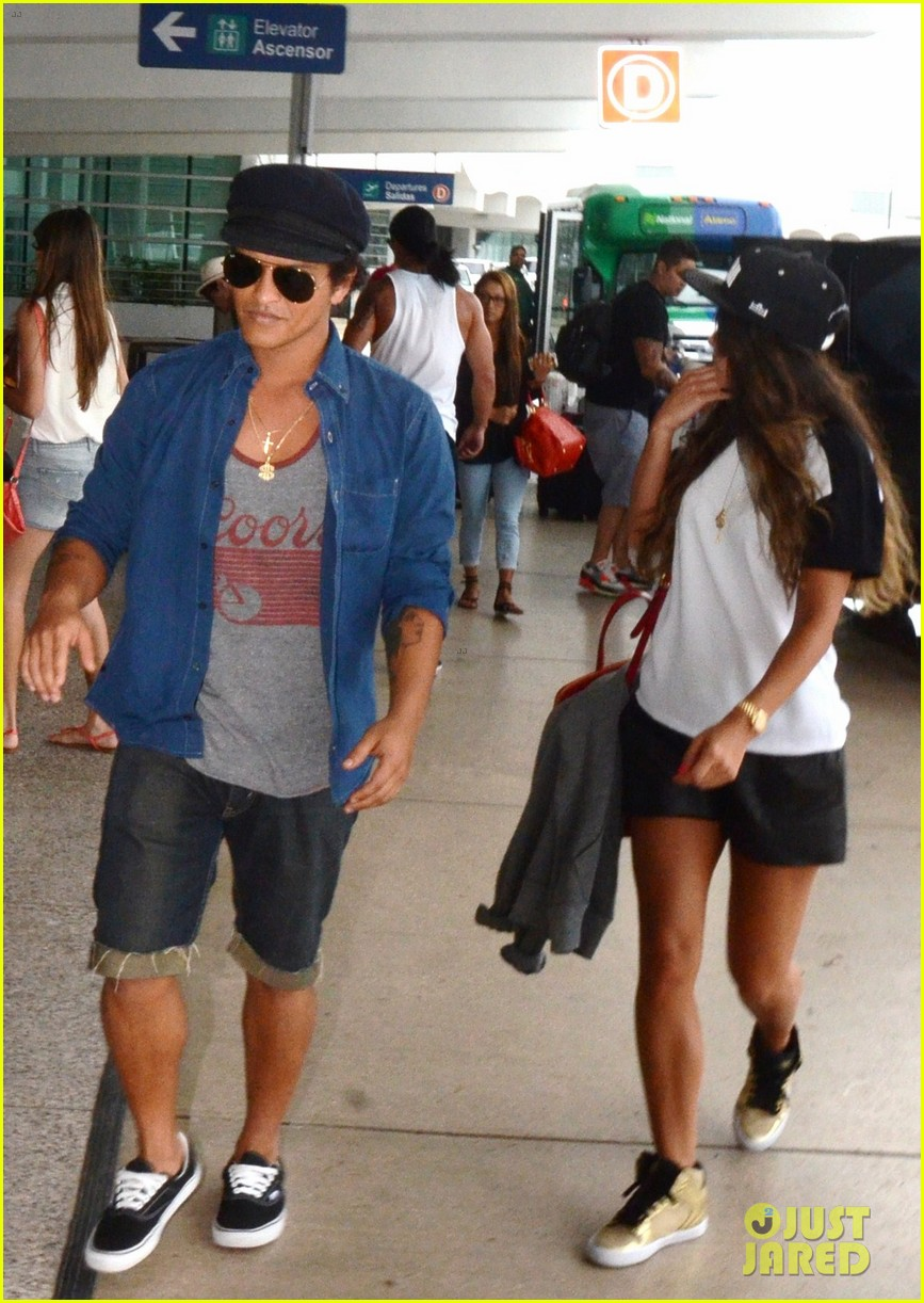 bruno mars girlfriend step out amid super bowl 2014 rumors 042945688
