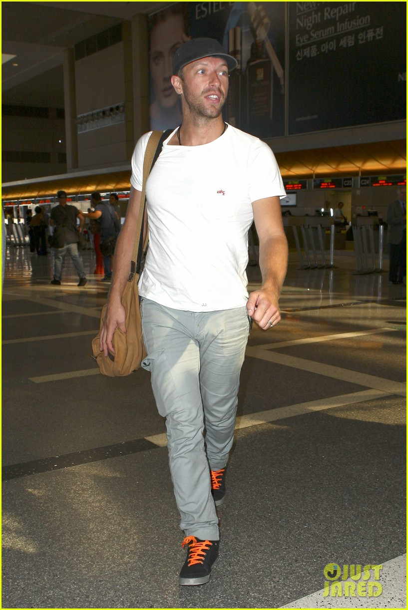 chris martin catches flight out of los angeles 01