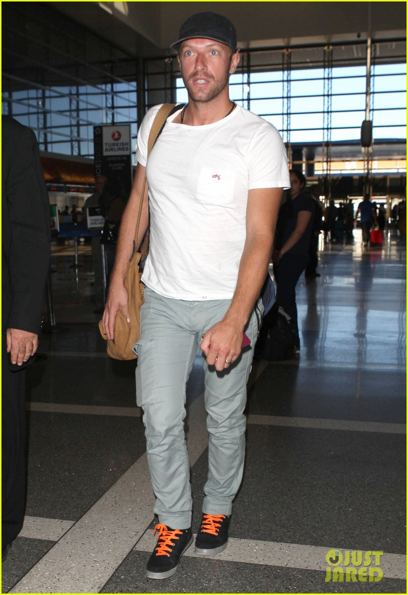 chris martin catches flight out of los angeles 022959095
