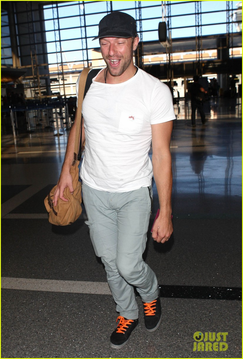 chris martin catches flight out of los angeles 132959106