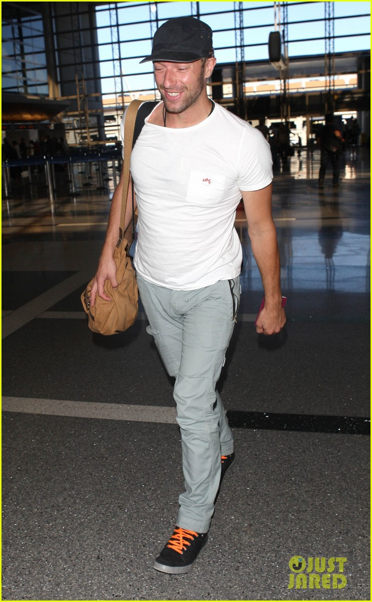 chris martin catches flight out of los angeles 14