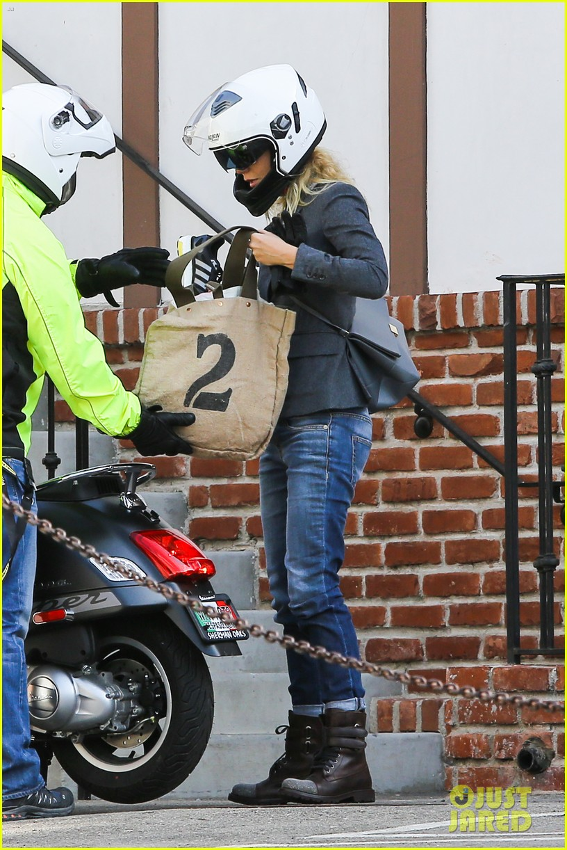 gwyneth paltrow rides her vespa to the gym 03