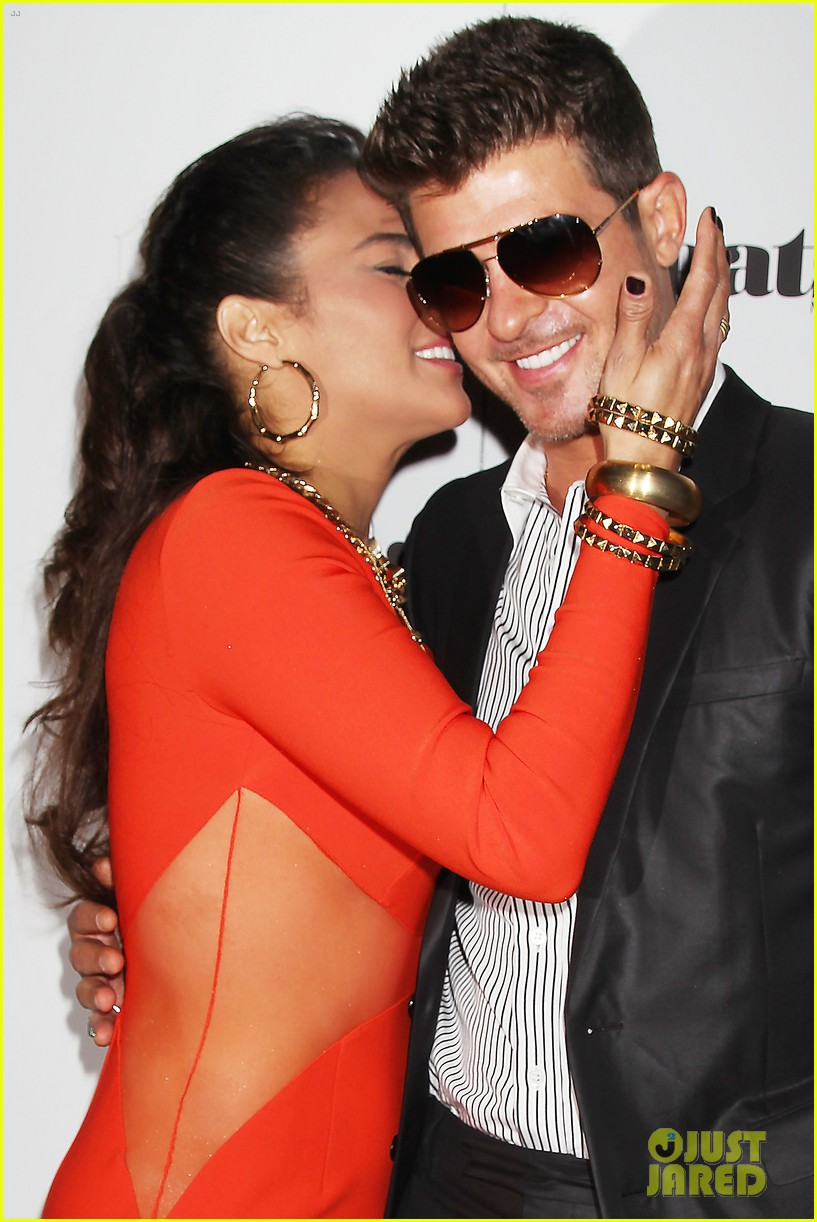 paula patton kisses robin thicke at his album release party 02