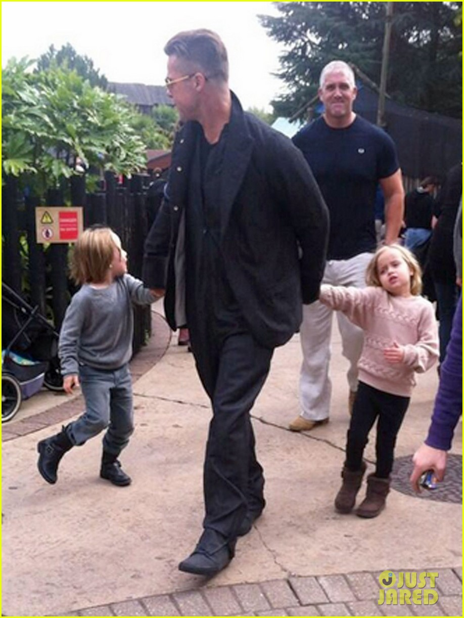 brad pitt legoland with the twins 032962439