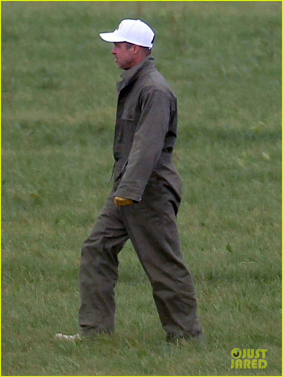 brad pitt shows off short haircut on fury set 022950109