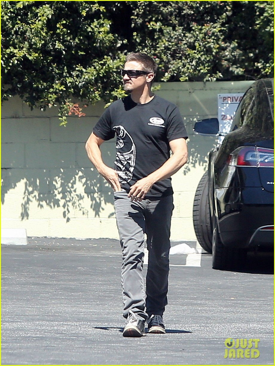 jeremy renner grabs lunch at zankou chicken 122958982