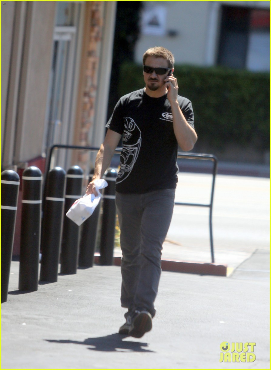 jeremy renner grabs lunch at zankou chicken 15