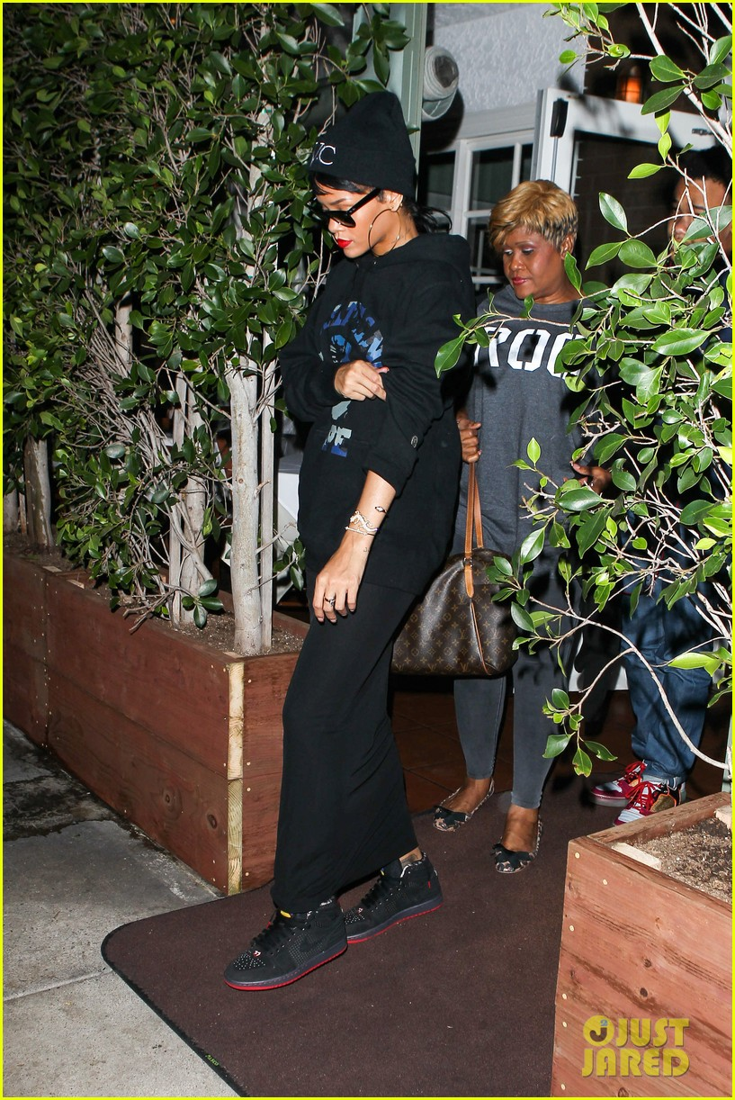 rihanna dines at favorite restaurant before jetting to nyc 18