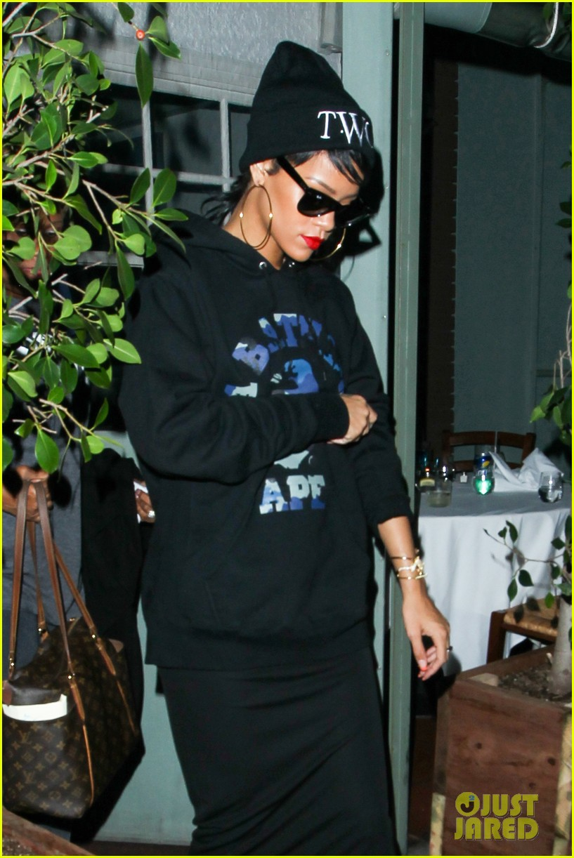 rihanna dines at favorite restaurant before jetting to nyc 19