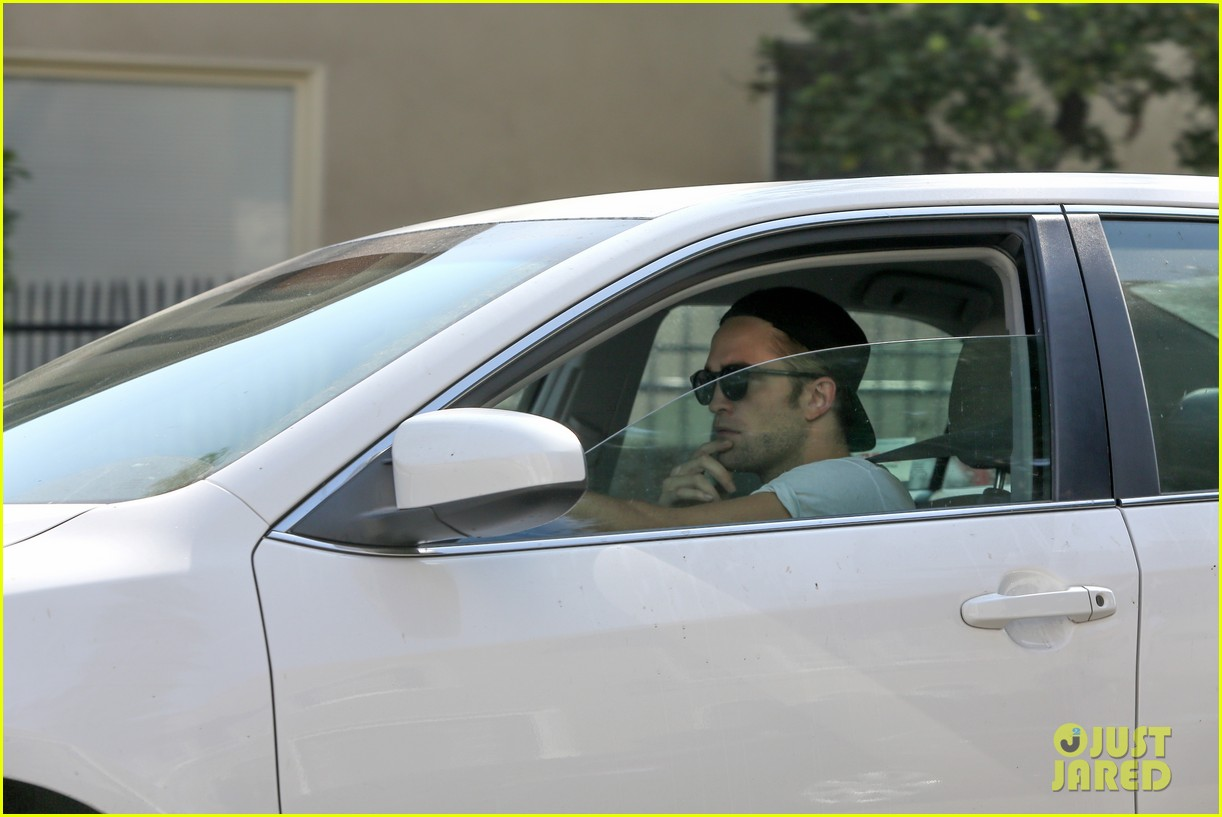 robert pattinson heads to gym solo 01