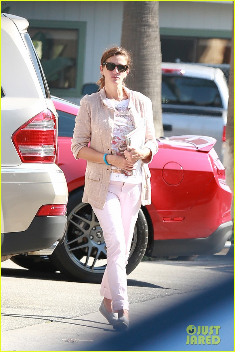 julia roberts nesstand shopper with danny moder 04
