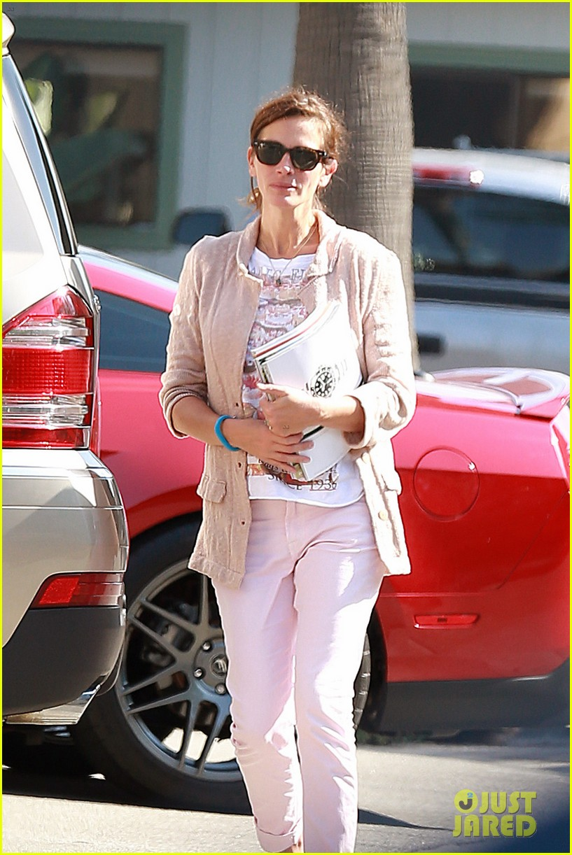 julia roberts nesstand shopper with danny moder 11