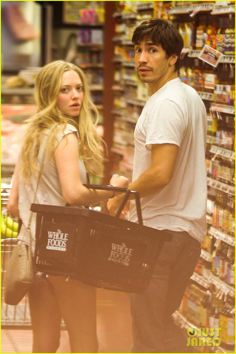 amanda seyfried justin long grocery shop for labor day 112942169