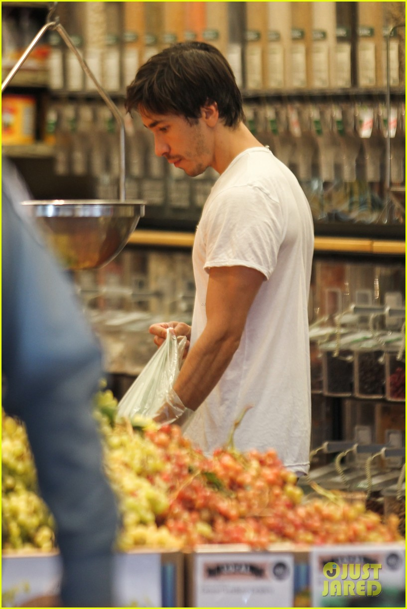 amanda seyfried justin long grocery shop for labor day 162942174