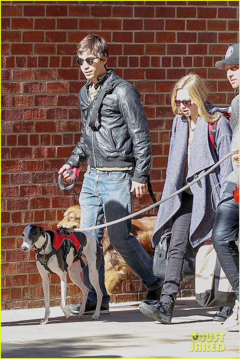 amanda seyfried justin long nyc dog walking twosome 032954007