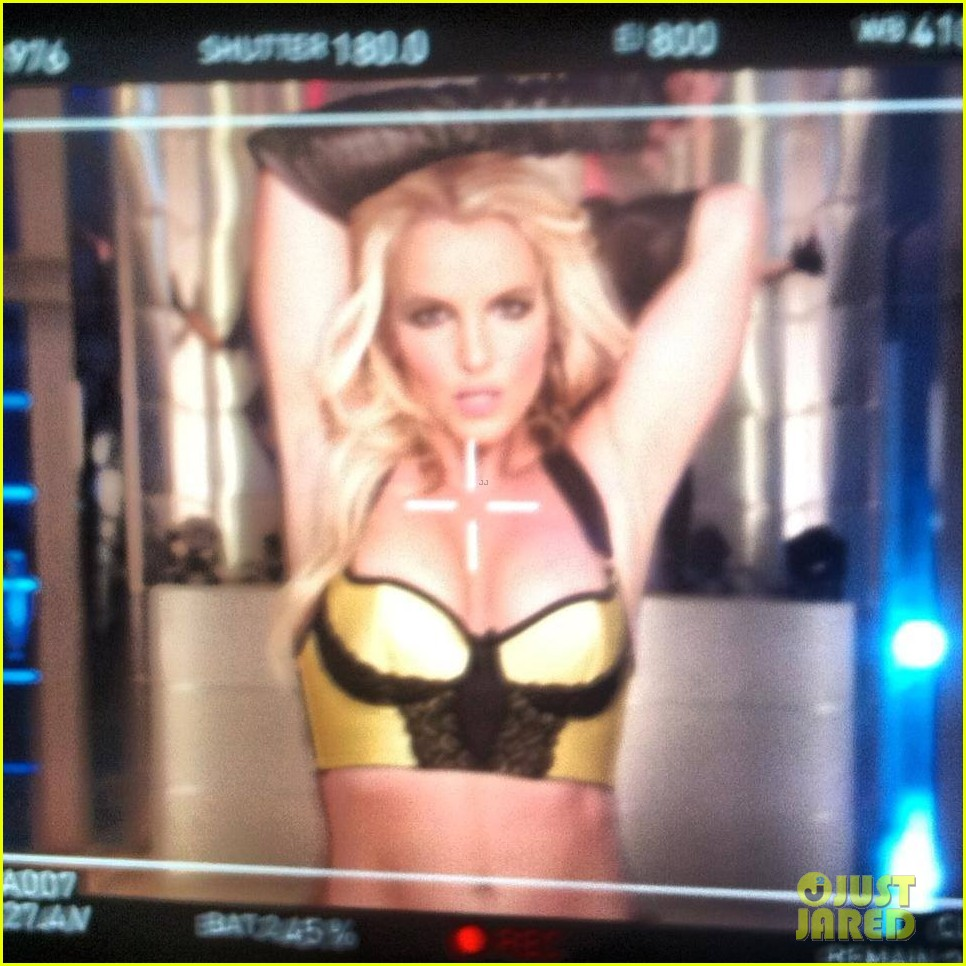 britney spears flaunts bikini body for music video shoot 01