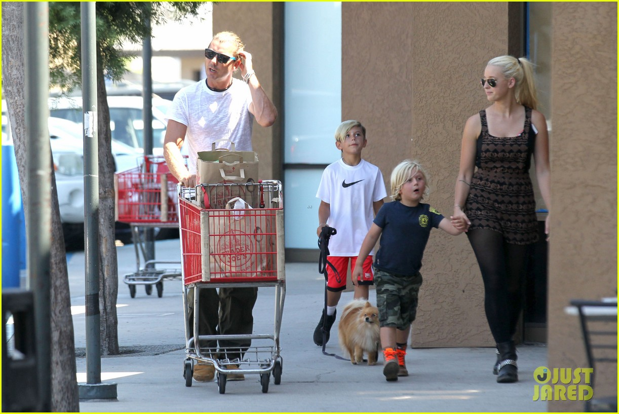 gwen stefani possible baby bump drop off the boys 142949976