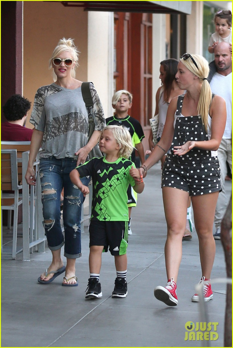 gwen stefani mommy duties with kingston and zuma 29
