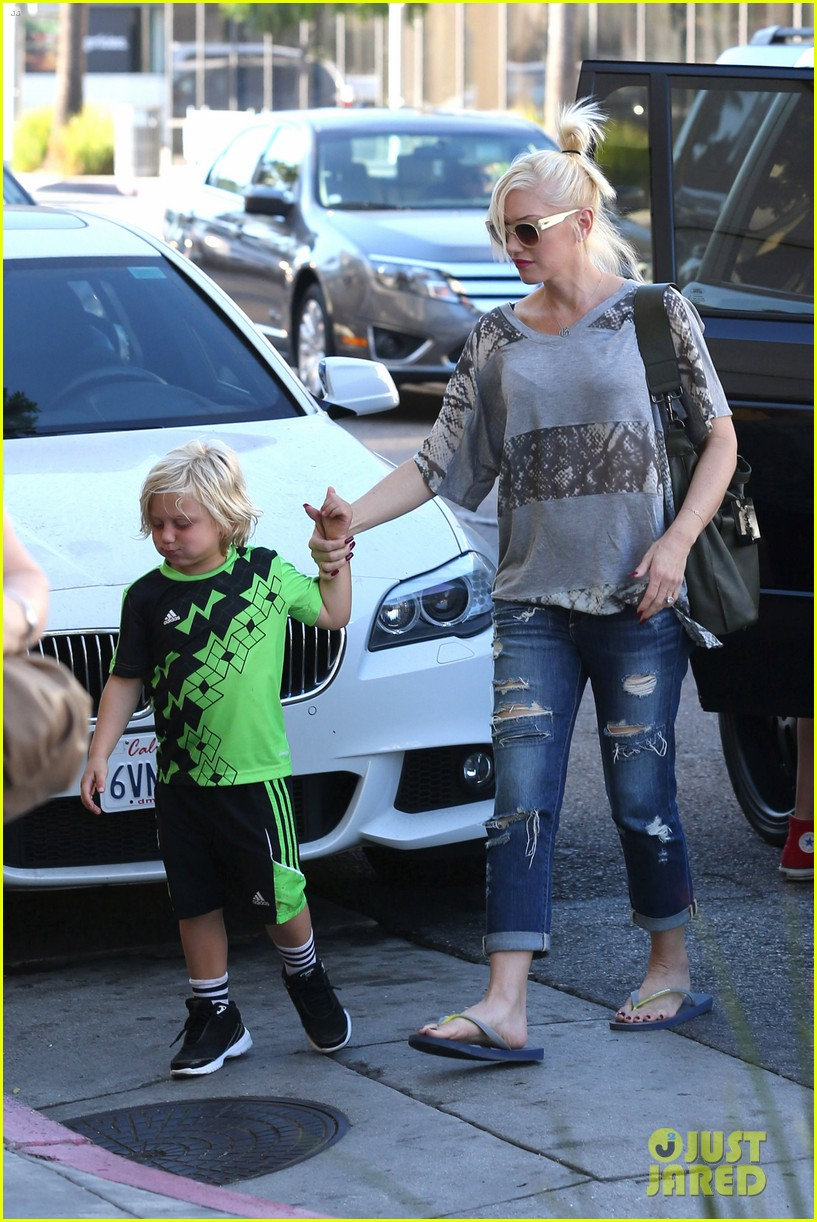 gwen stefani mommy duties with kingston and zuma 30