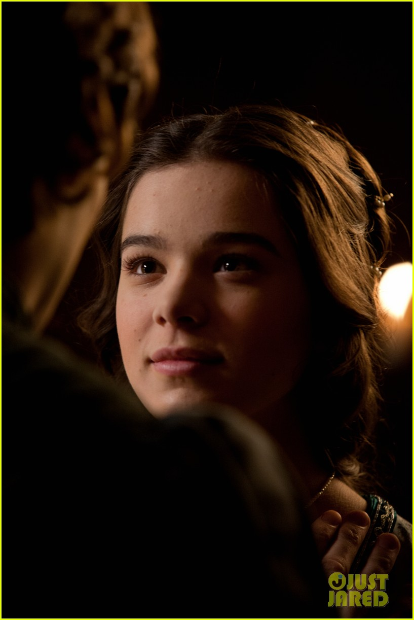 hailee steinfeld douglas booth first kiss in romeo juliet exclusive clip 12