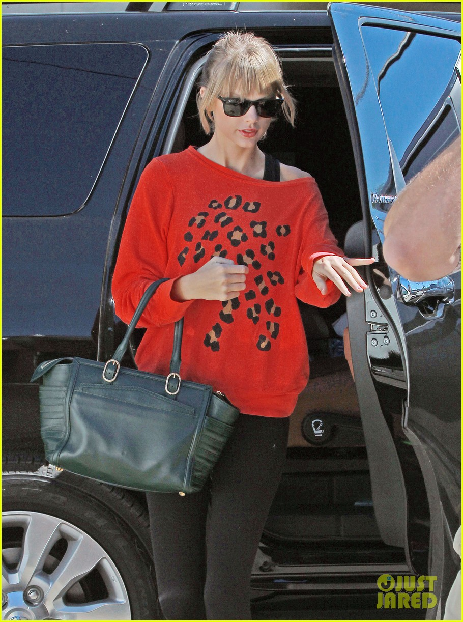 taylor swift wears her favorite color to dance class 14