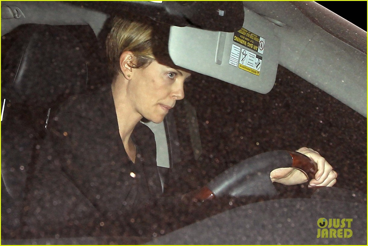 charlize theron seth macfarlane friendly dinner date 09