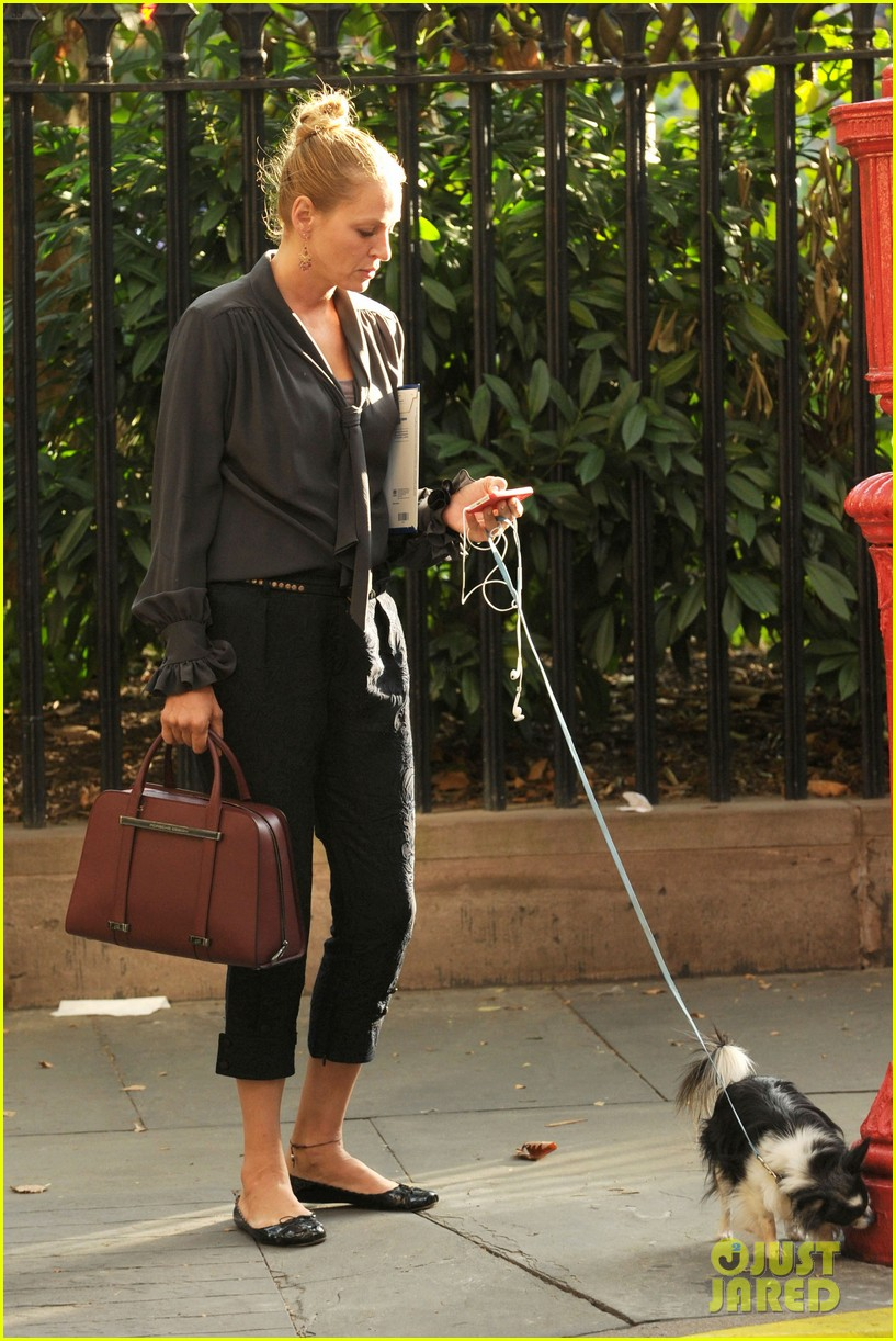 uma thurman walks her adorable dog in the big apple 01