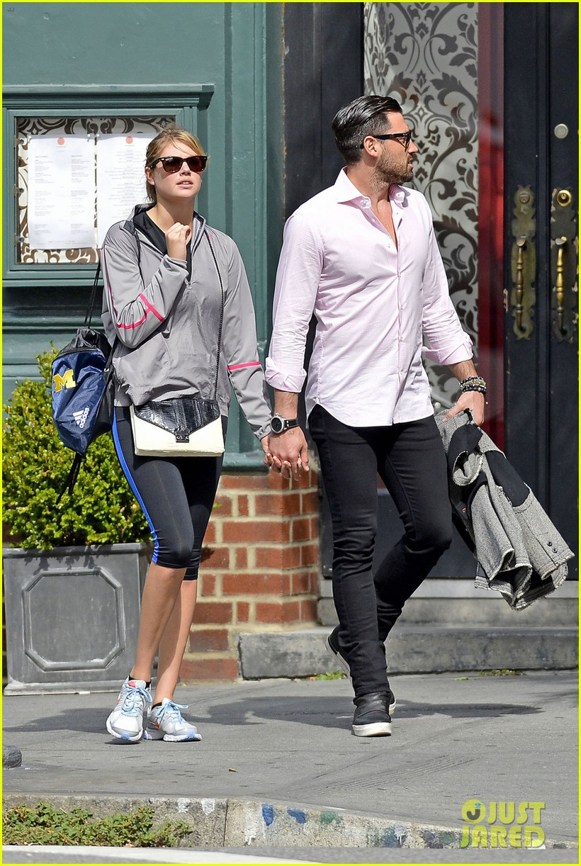 kate upton holds hands with maksim chmerkovskiy 032963179