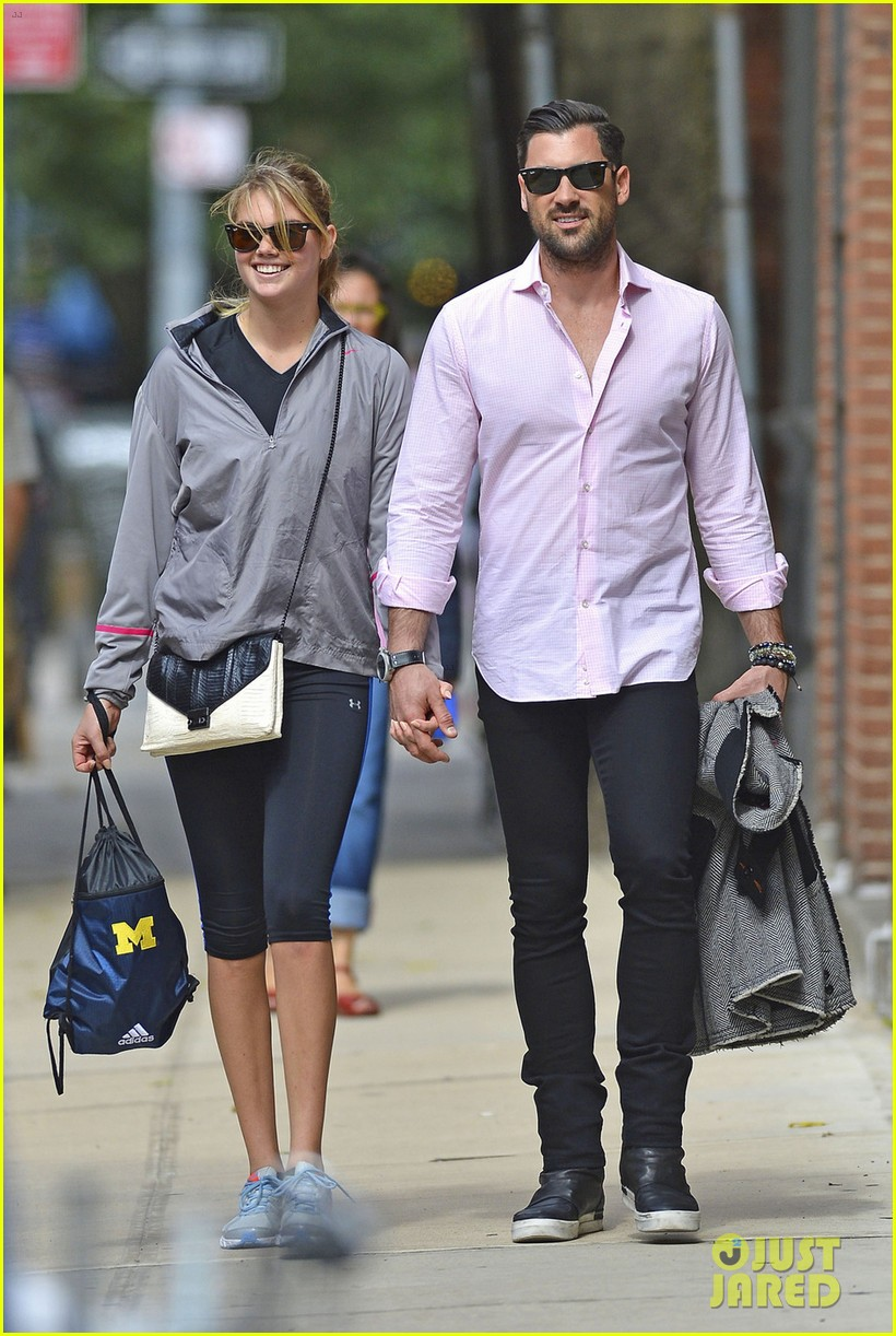 kate upton holds hands with maksim chmerkovskiy 092963185