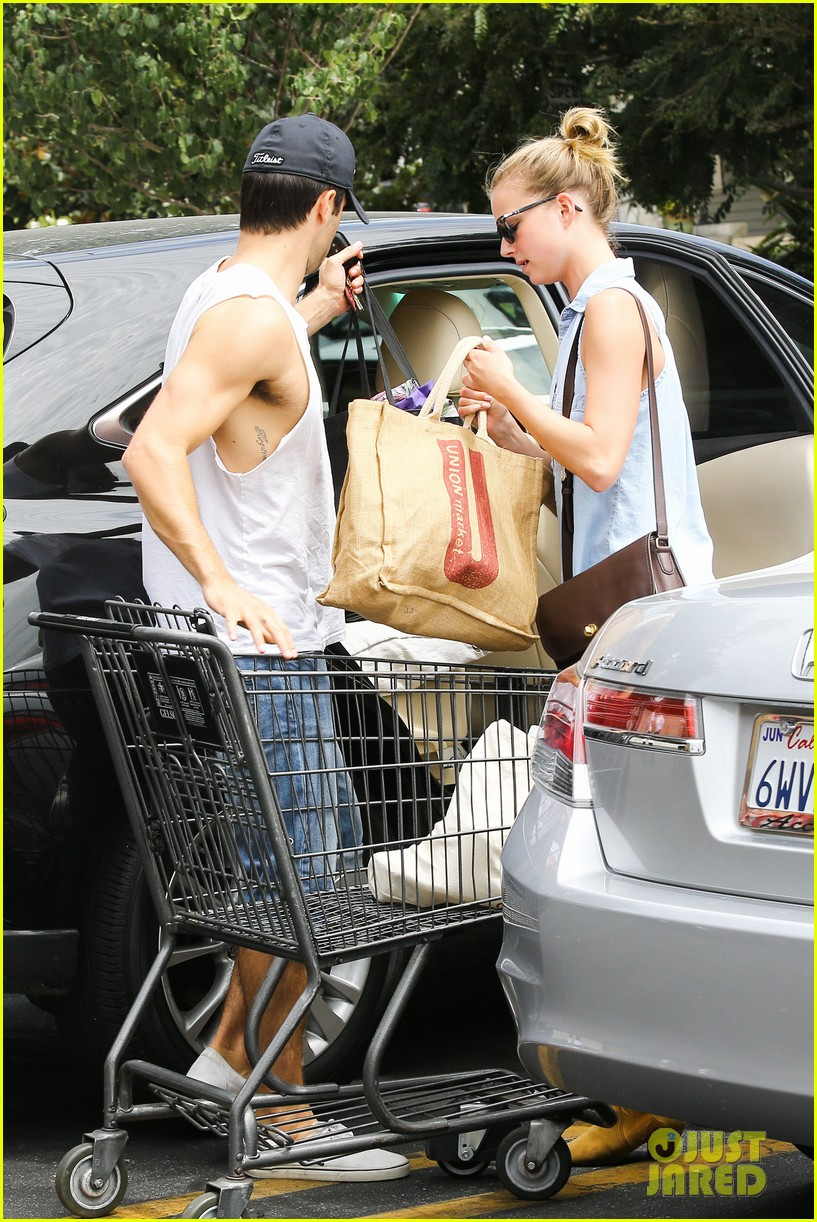 emily vancamp josh bowman get groceries at gelsons 172941486