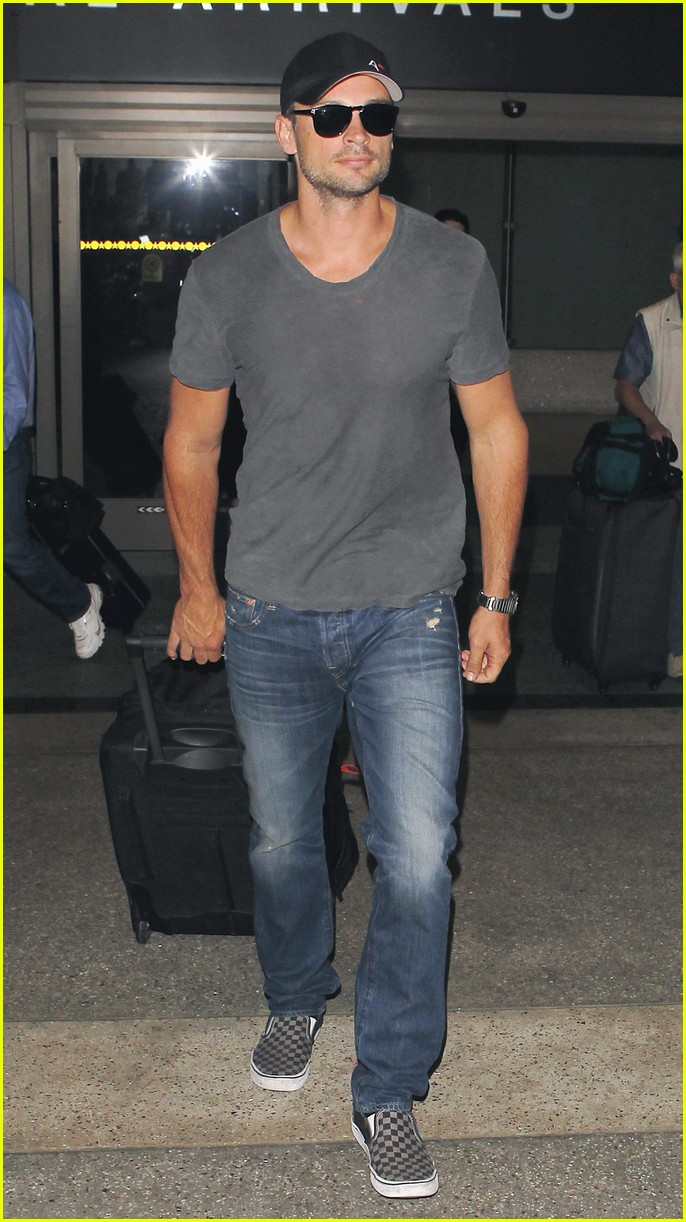 tom welling lands in los angeles after venice film festival 01