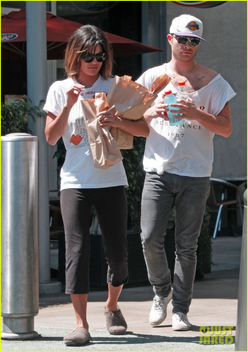 ed westwick jessica szohr grab lunch at jersey mikes 01
