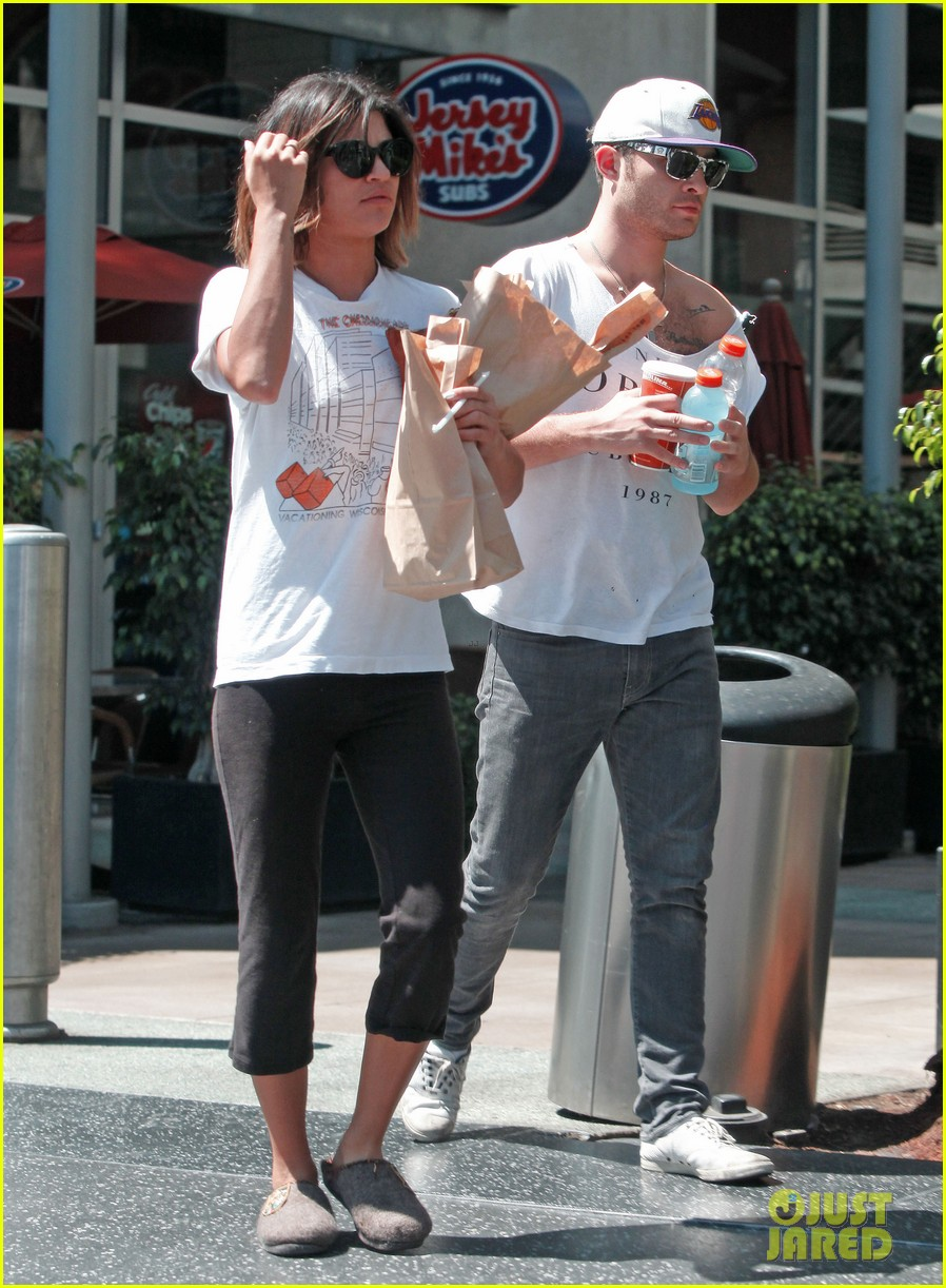 ed westwick jessica szohr grab lunch at jersey mikes 102941854