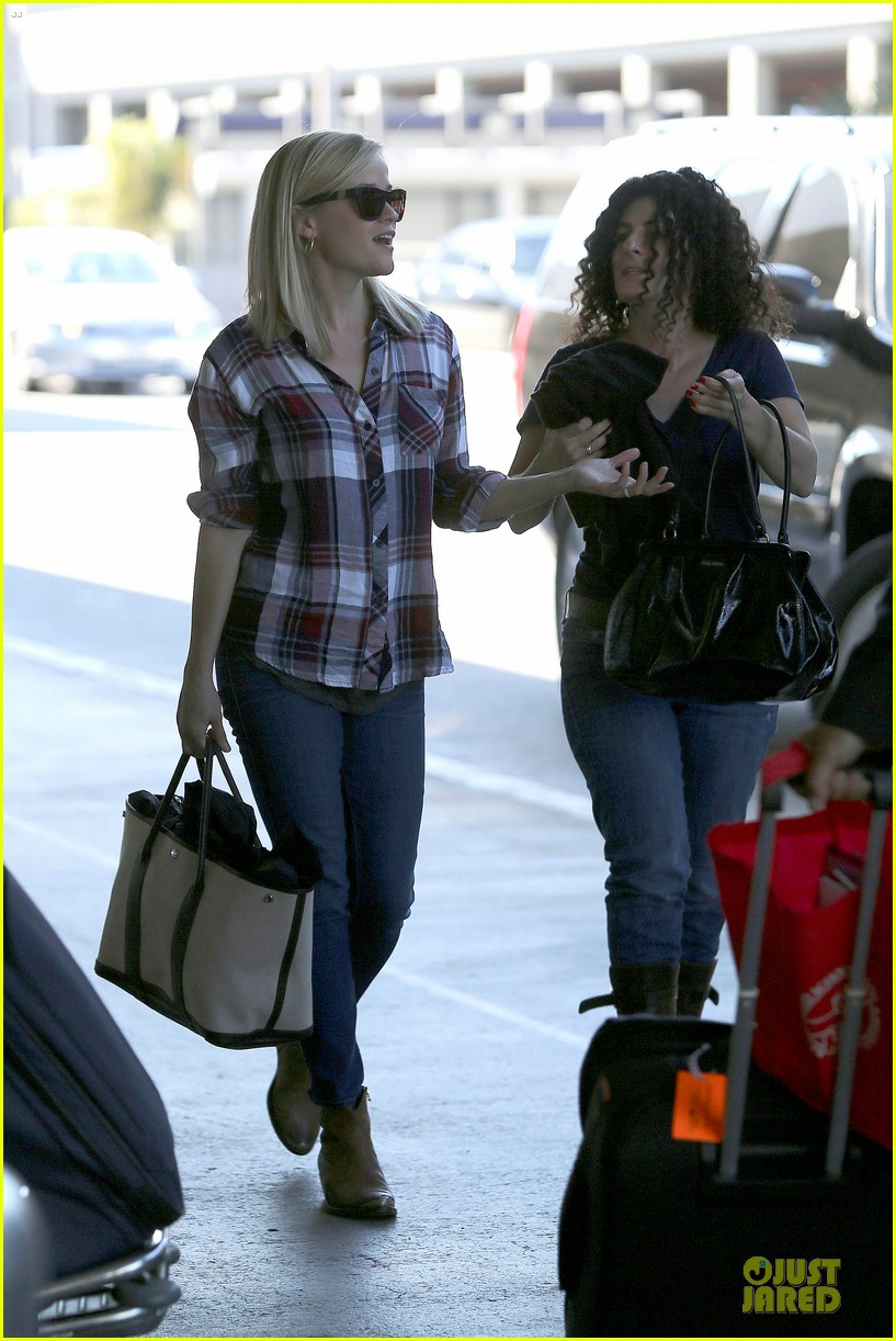 reese witherspoon plaid lax departure after workout 13