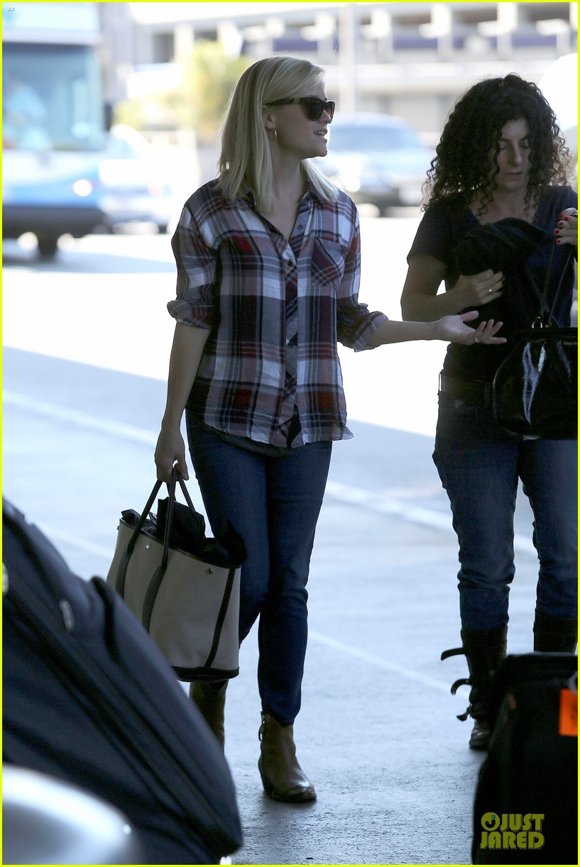 reese witherspoon plaid lax departure after workout 18