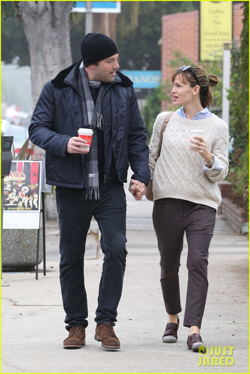 ben affleck jennifer garner hold hands for coffee run 05