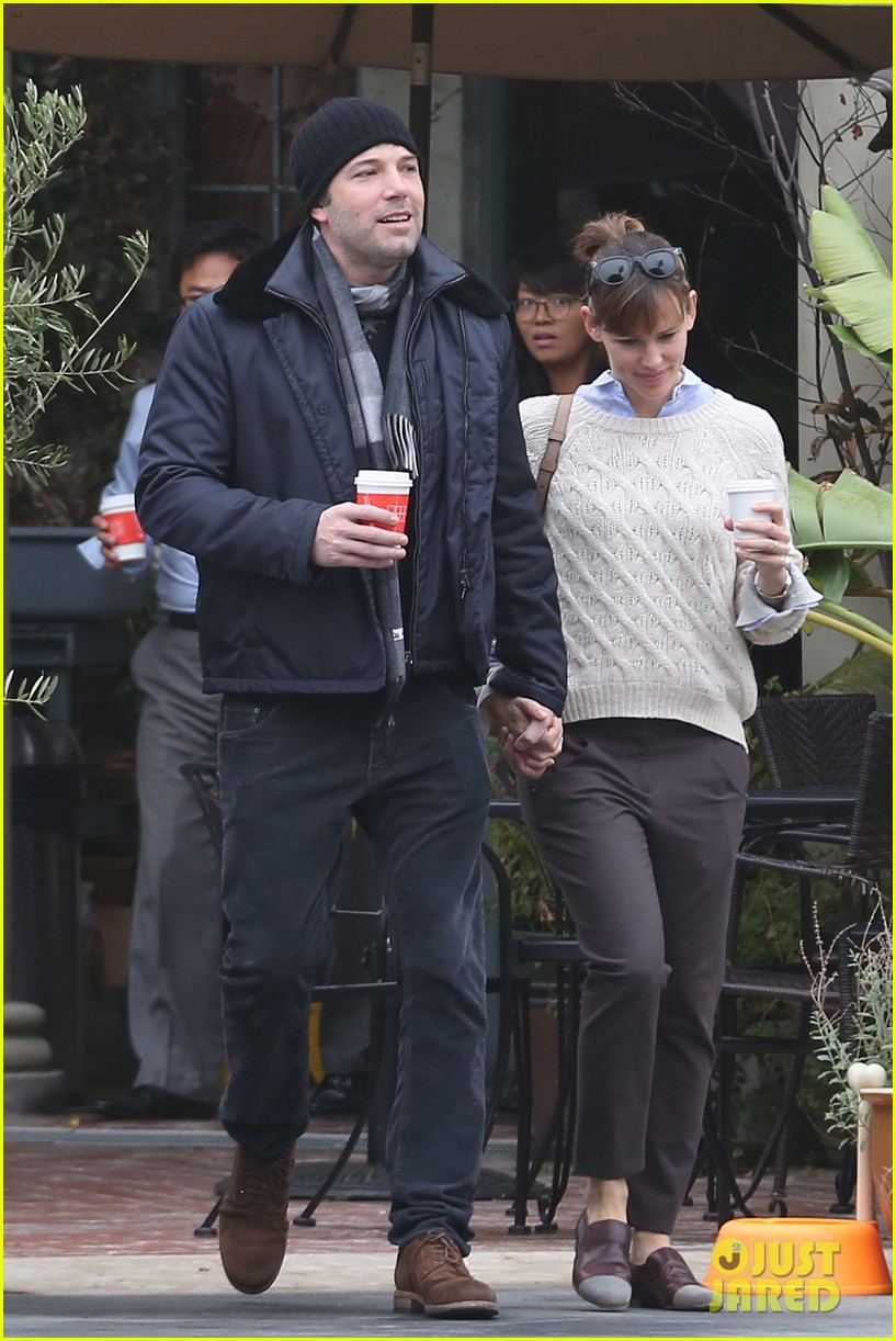 ben affleck jennifer garner hold hands for coffee run 14