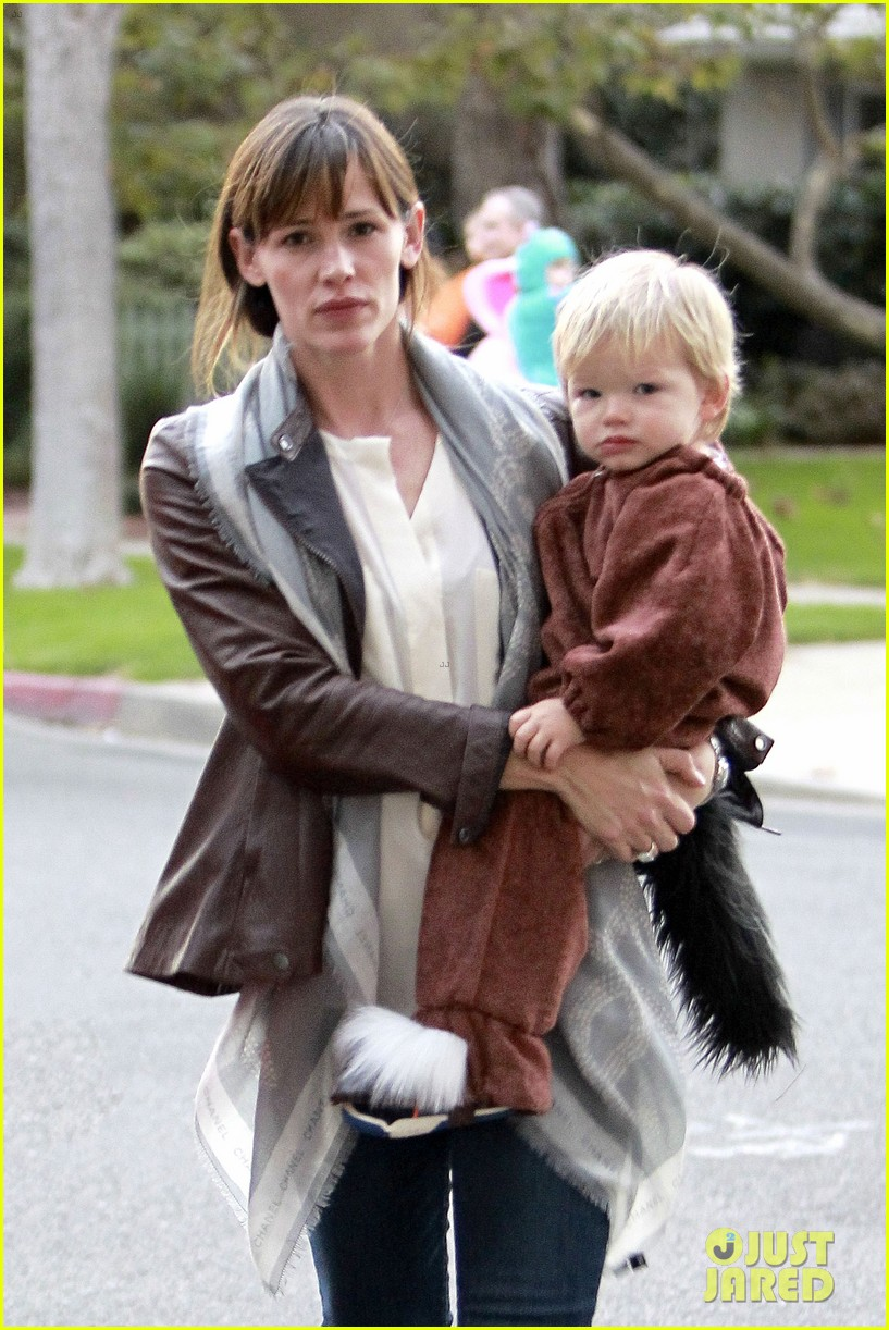 ben affleck jennifer garner halloween trick or treating 082983877